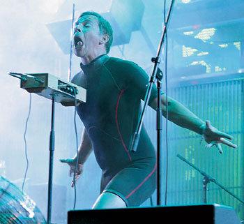Мумик вышел на сцену в водолазном костюме