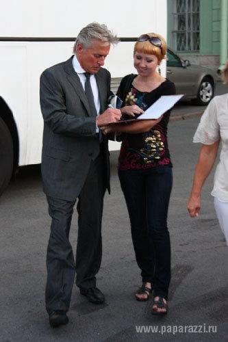Майкла Дугласа заставили раздавать автографы