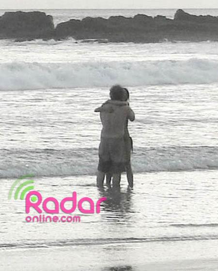 Мел Гибсон и Оксана Григорьева на пляже ов время поездки в Коста-Рику. Фото: Radaronline.com