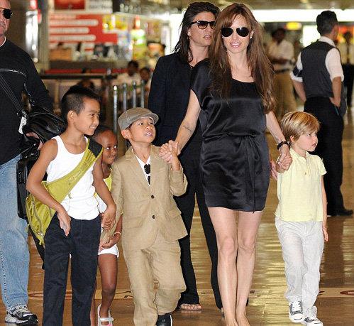 Анджелина с детьми в аэропорту Токио