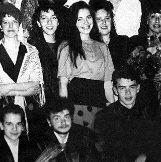 Старшеклассница Катя (в центре) играла в школьном театре «Набат»