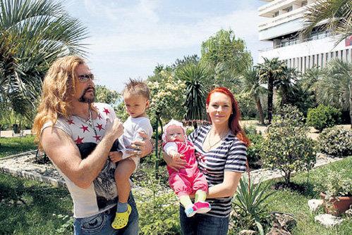 Никита ДЖИГУРДА и Марина АНИСИНА с сыном и дочкой