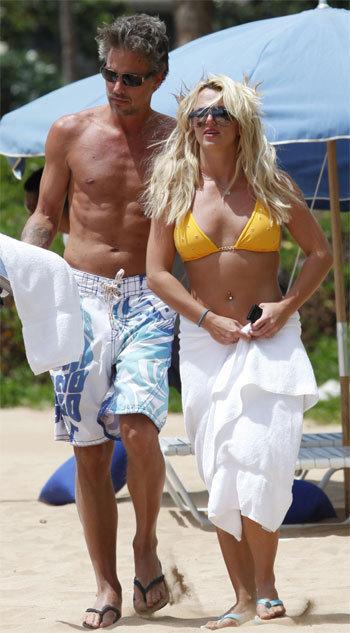 Бритни сейчас не до претензий бывшего бодигарда - вместе со своим бойфрендом Джейсоном ТРАВИКОМ певица отдыхает на Гавайях. Фото: Splash / All Over Press