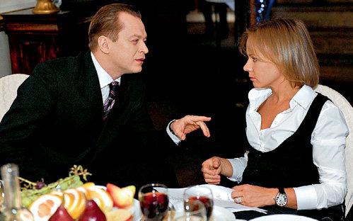В перерывах между съёмками Анатолий КОТ просит Елену ПЕРОВУ спеть, чем вызывает у девушки легкое недоумение