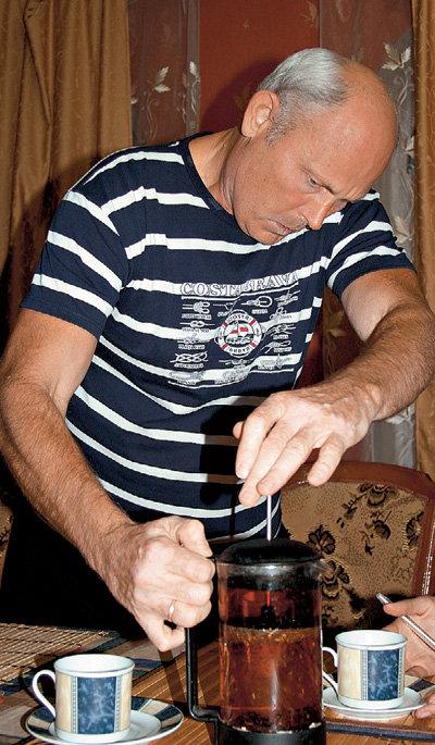 Целитель Геннадий МАЛАХОВ рекомендуют пить не только мочу, но и ягодно-травяные чаи