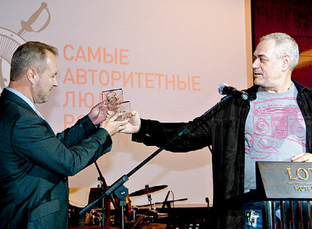 Руководитель радиостанции «Русская служба новостей» - давний поклонник восточной культуры и даёт что-то только правой рукой, а берёт только левой