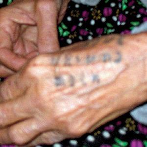 ...по татуировке с именами её дочерей, но заглянувшим в добрые глаза старушки и в голову не придёт проследить за её руками