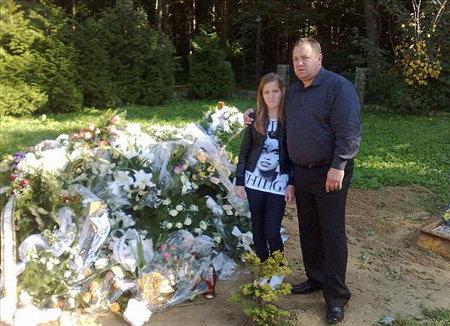 Муж и дочь покойной навещают её могилу каждый день