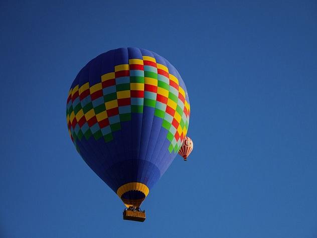 Воздушный шар свлюбленной парой врезался вдерево вКанаде