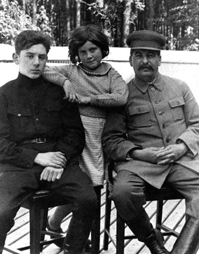 Светлана с отцом и братом Василием, 1935 год. Фото: ru.wikipedia.org