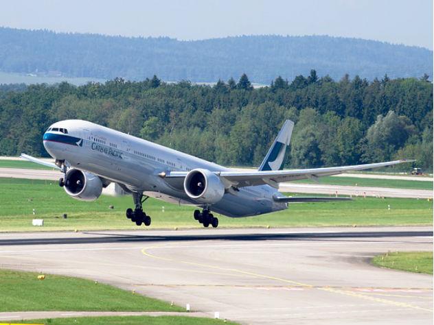 Пассажир самолета попытался покинуть борт наБританских островах налету