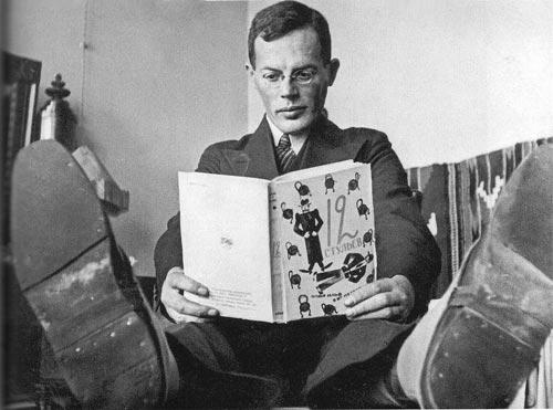 Илья Ильф с третьим изданием «Двенадцати стульев». wikipedia