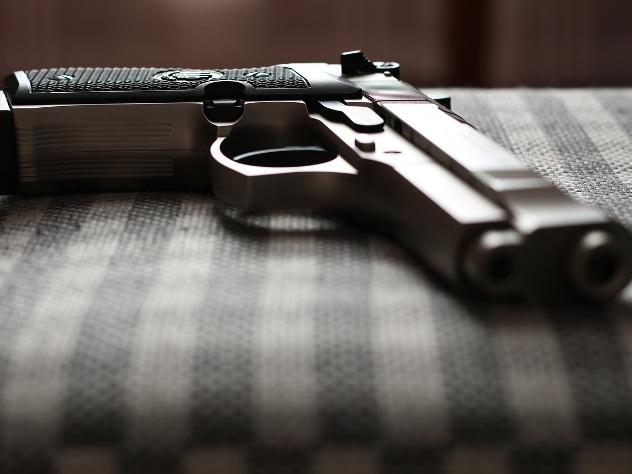 В столице России полицейский ранил напавшего нанего с«розочкой» мужчину