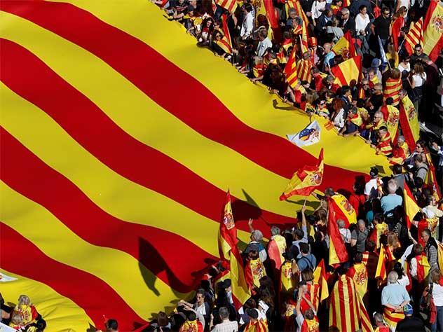 Руководство Каталонии непризнает решение Мадрида оботставке руководителя автономии Карлеса Пучдемона