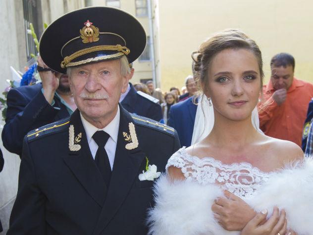 Уполномоченный 87-летнего Ивана Краско избил любовника его 27-летней супруги Натальи