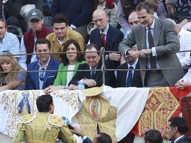 Испанский король Филипп на корриде.