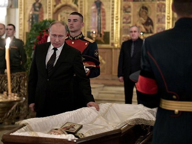 Владимир Путин у гроба Станислава Говорухина