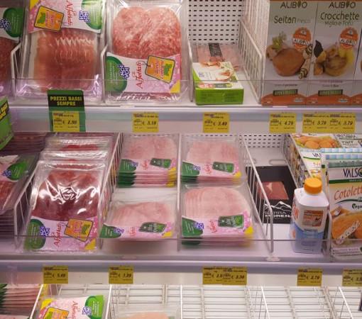 можно купить несколько видов сыра (от 1 евро за небольшой кусок), упаковку хамона (от 2 евро) и хорошее вино (от 5 евро)