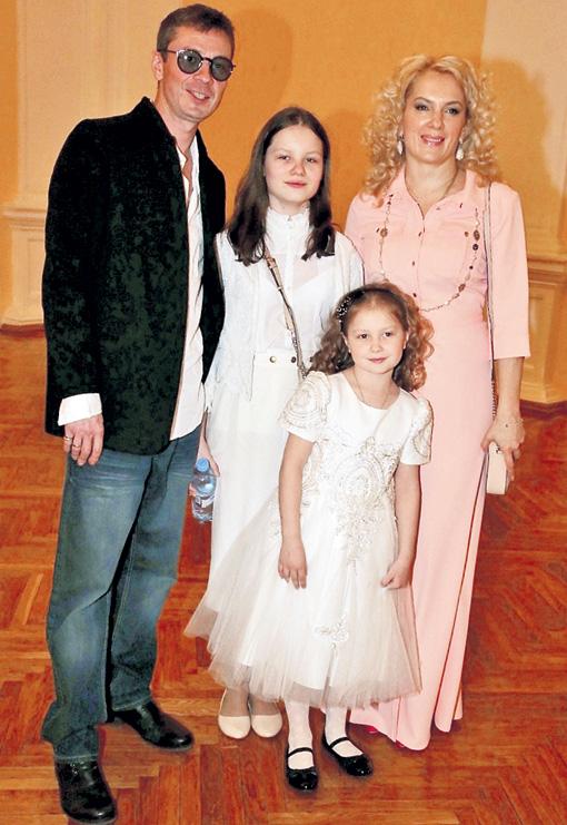 Древнов с Машей и двумя их старшими дочками - Серафимой и Аграфеной