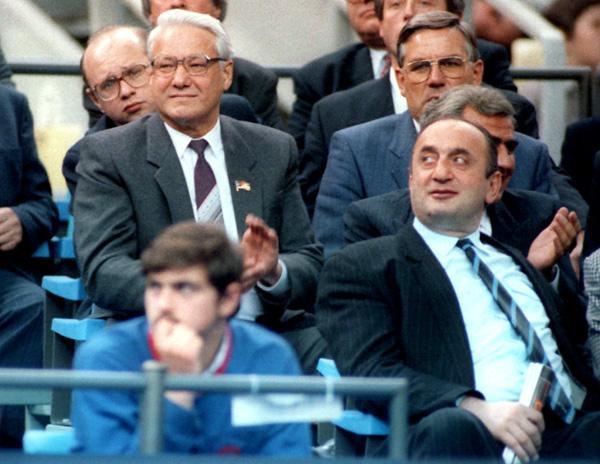 Отари Квантришвили запросто оказывался рядом с президентом Ельциным в правительственной ложе