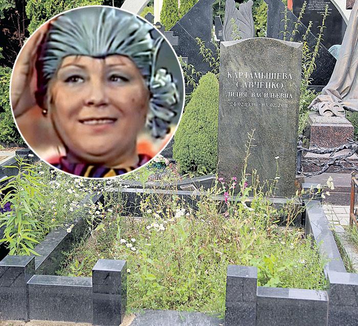 Могила Лидии Васильевны слева от захоронения Вячеслава Невинного (Аллея актеров на Троекуровской кладбище, уч. 6)