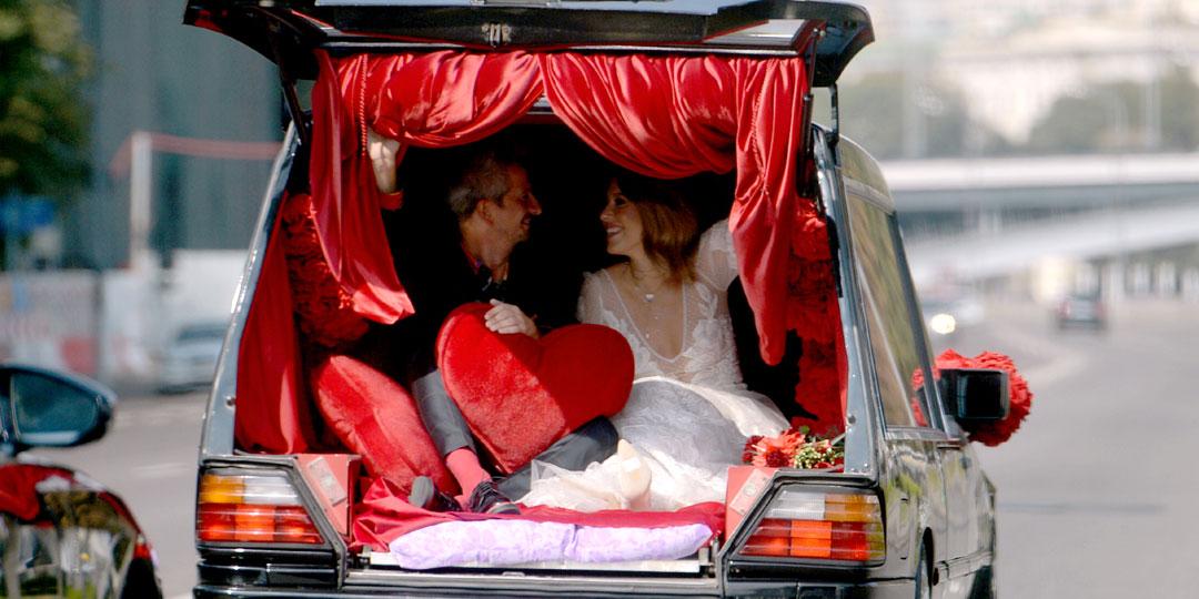 Похоронный катафалк гнусная парочка использовала как способ стеба над церковной клятвой «Пока смерть не разлучит нас». Фото Дмитрия Сергеева/«Комсомольская правда»