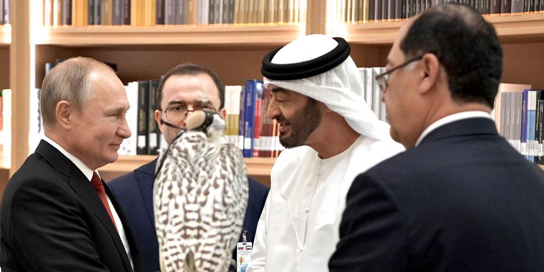 Президент РФ Владимир Путин с королем Саудовской Аравии, который глаз не сводит с подаренной ему птицы. Фото: globallookpress.com