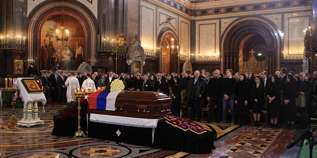Знаменитые политики и артисты простились с бывшим мэром Москвы Юрием Лужковым