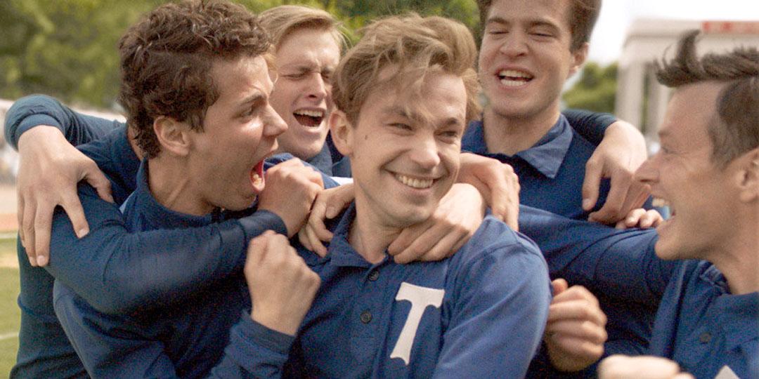 Стрельцов, как может показаться во время просмотра фильма, заводился, когда ребята обнимали и целовали его после гола