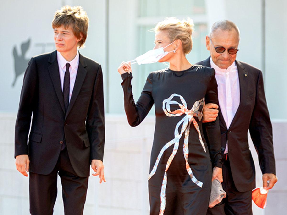 По красной дорожке супруги шли с 17-летним сыном Петей. Вне официальных мероприятий режиссер носил маску (на фото ниже), рекламируя свой фильм