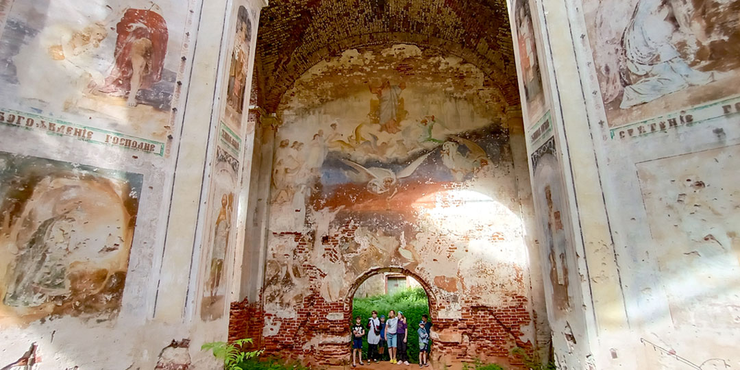 Внутри церкви в Ильгощи гениальные фрески