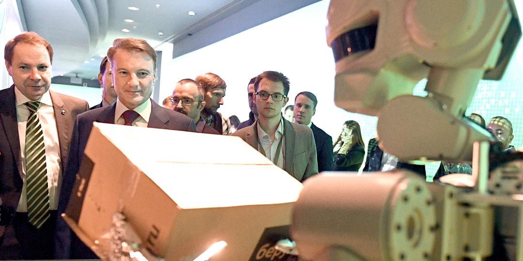 Герман Греф - большой поклонник современных технологий, даже если они приносят миллиардные убытки. На фото - с роботом Федором. Фото: © РИА «Новости»