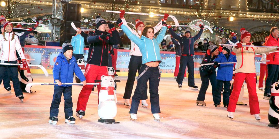 Барановская с сыновьями занялись физкультурой на коньках