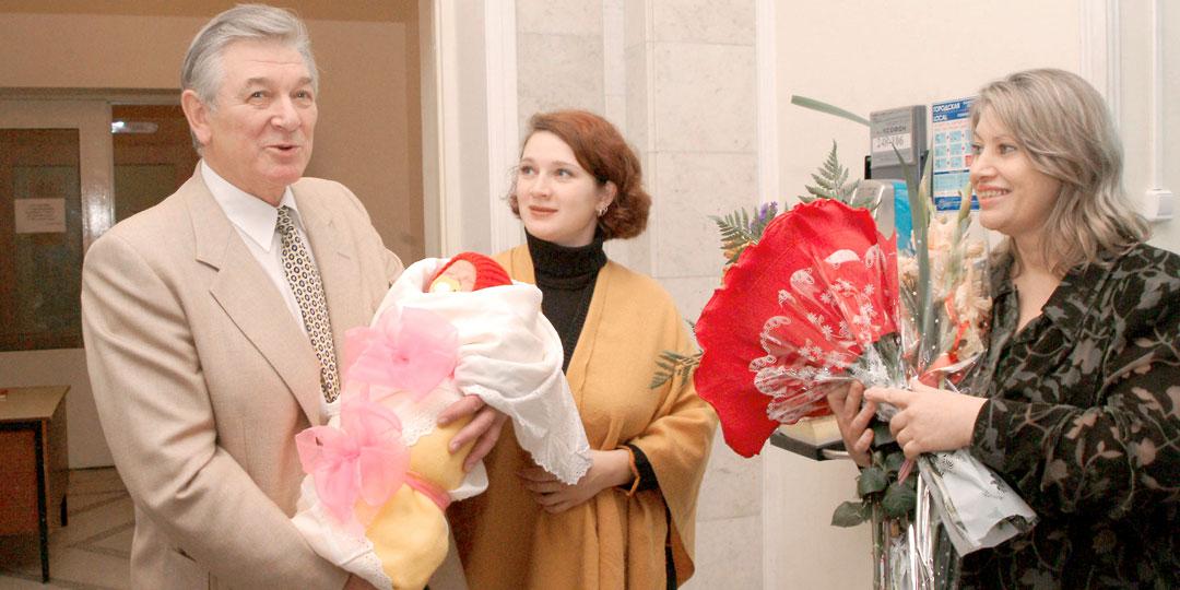 Александр Борисович с дочками - Сашенькой и Надей и женой Людой (2003 г.)
