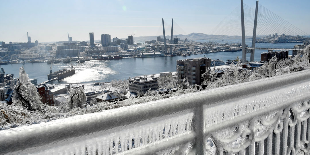 Движение по Золотому мосту все еще ограничено. Альпинисты чистят его вручную. Фото: © Reuters